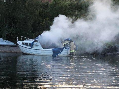 Dramatisk: Det brant kraftig i båten som Hemnes-tenåringene Henrik Fager og Odin Mortvedt satt i. Foto: tipser.no/Glenn Johansson