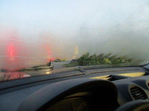 DÅRLIG SIKT: Slik så det ut fra innsiden av bilen til en av sjåførene som i morgentimene ble anmeldt.