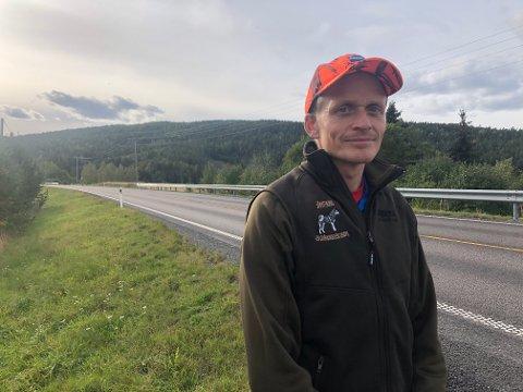 PROBLEM: Leder i Sørum viltnemd, Ole Jonny Delerud, merker at nærpolitireformen gjør varsling av viltpåkjørsler til et problem, når sjåførene ikke kommer igjennom. Kompveien (i bakgrunnen) er en meget utsatt strekning for fallvilt.