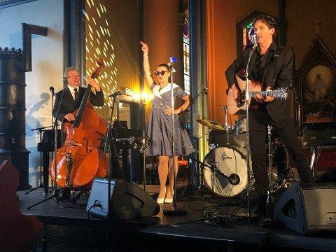 Hans Ulviken (t.v.) sammen med Kine Steen Holst og Bengt Jacobsen på scenen i Cash Commitment.
