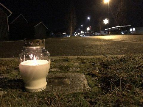 Det er tent lys ved snublesteinen i Rådhusveien på Bjørkelangen til minne om Benjamin Isachsen.