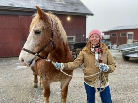 GOD KJEMI: Dølahesten Tømte Vår og skuespiller Rebekka Jynge fikk god kjemi på testturen.