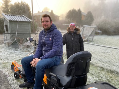 KLARE FOR VINTEREN: – Nå er det bare å vente på snøen, sier Stian Thon og Lars Erik Ottershagen i skigruppa. De er temmelig klare til å kjøre opp skiløyper med den splitter nye Lynx-Yeti-scooteren.