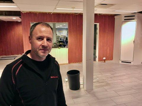 Vaktmester Kenneth Bjørklund i Høland idretts- og ungdomslag mener kjøkkenet blir noe helt annet etter oppgraderingen.