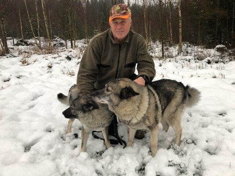 TUNGT: Det er smertefullt og tungt å reise hjem fra jakt i Høgberget. Da skulle sønnen Vegard ha vært med. Nå må Gøran Tømmerholen ta turene alene, og er glad for hvordan jaktkameratene til sønnen har tatt ham inn i jaktlaget.