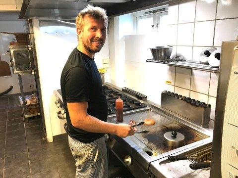 STENGER: Christian Holth tar myndighetenes henstilling på alvor og stenger Fjøset restaurant.