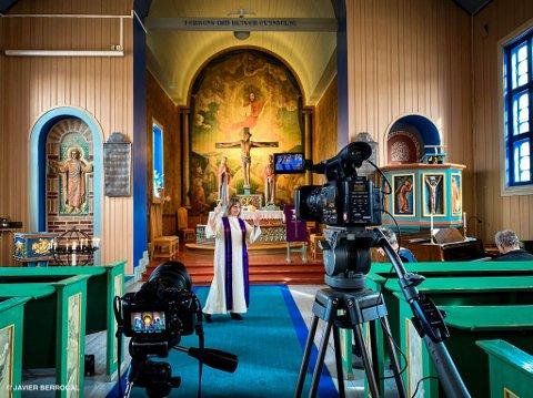 Kirkene er har formidlet gudstjenester digitalt i en periode, men innen 24. mai skal sokneprest Hanne G. Sinkerud og de øvrige prestene igjen igang med vanlige gudstjenester.