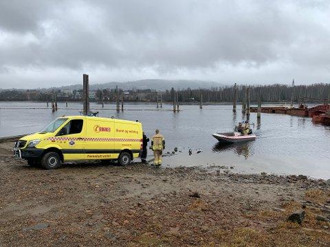 To mennesker ble reddet opp av vannet.