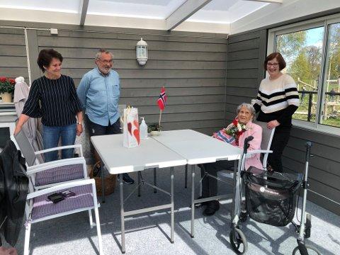 GJENSYNSGLEDE: Irene (t.v.) og Kjell Sverre fikk endelig besøke moren Ingrid på Aurskog sykehjem.