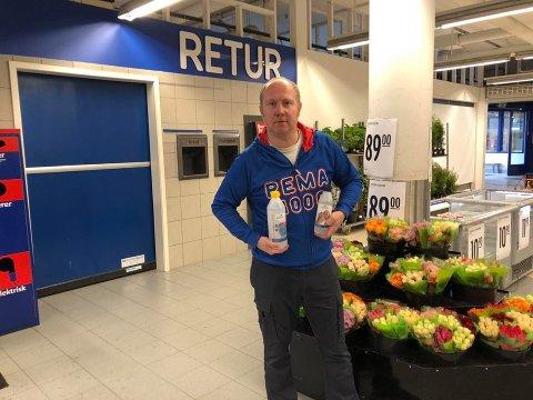 MÅ TY TIL FLASKER: Rema-driver Kai-Petter Ulbo på Bjørkelangen fortviler etter at noen stjal antibakkdispenseren i butikken lørdag.