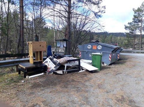 Møbler og skrot står hensatt ved containerne ved Kjersundbrua som er ment for avfall fra hytter og fritidsboliger. Foto: Privat