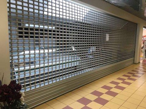 STENGT: Gitteret er nede hos Max Ivan Lindkjølen i Bjørkelangen senter, men Lindkjølen utelukker ikke videre drift i lokalene.
