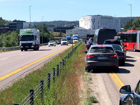 MYE BILER: Ifølge både politiet og Statens vegvesen er det problemer i trafikken på riksvei 159. Du bes om å finne andre veier til veien er ryddet. Foto: RB-tipser