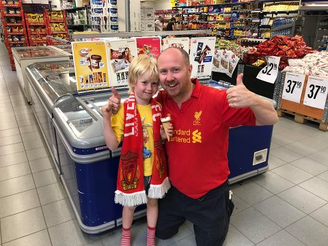 GLADE OG GAVMILDE: Kjøpmann Kai-Petter Ulbo og sønnen Fredrik gleder seg over at Liverpool vant ligagull og deler ut 1.000 boller og ispinner gratis onsdag.