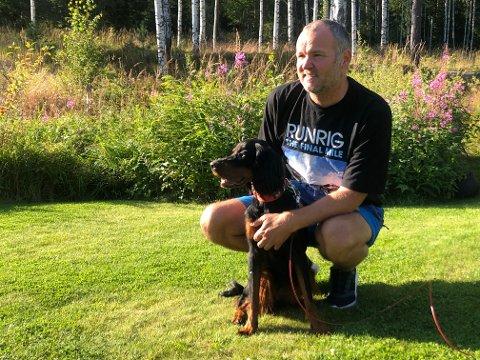 AKTUELL MED SINGEL: Trubadur Kjetil Lindahl, her med hunden Kira, er aktuelle med singlen På pappas fang, som spilles på P3s Urørt for tida.