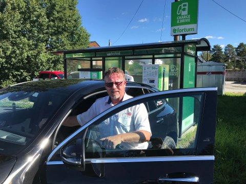 Hauer Taxi har sju biler i drift. Nå har innehaver Odd Tore Hauer kjøpt sin første elbil.