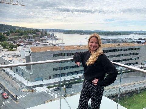 GLAD I BYEN: Til tross for at Henriette Høntorp er oppvokst i Søndre Høland, trives hun desto bedre i Oslo. Bildet er tatt på takterrassen hos arbeidsgiveren Wikborg Rein, med utsikt mot Oslofjorden og Vikaterrassen.