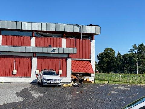 RAST: Nødetatene har rykket ut etter melding om at taket på Sørum skole har rast.