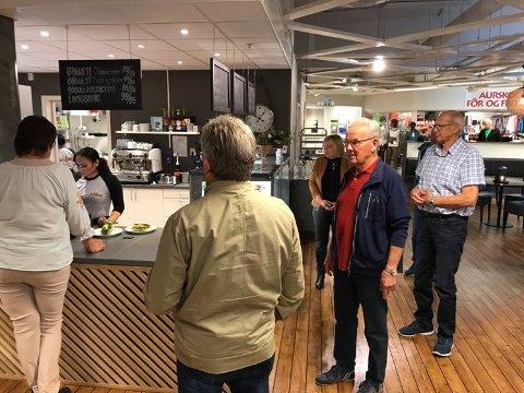 Kø: Allerede rett etter åpning begynte kaffetørste og kakesultne kunder å samle seg foran disken på den nye kafeen i Aurskog Senter.
