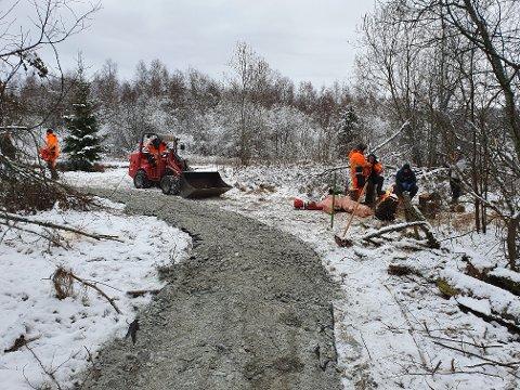 BEREDER GRUNNEN: Kjelle videregående skoles elever gjør jobben for Aurskog-Høland kommune når frilufstområdet rundt Bjørkelangen stasjon skal rustes opp.