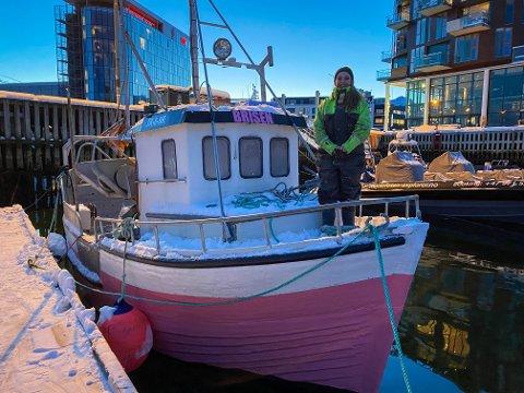 ROSA SJARK: Charlotte Henrikø (21) synes det er synd at ikke flere kvinner er fiskere - og hun har valgt å male sin nye båt rosa for å skille seg ut.