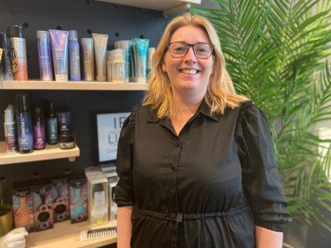 TAR SAKSA FATT IGJEN: Ninette Eklund er det nye tilskuddet i Studio Flid i Aurskog. Hun har lang fartstid som frisør, men har de siste årene jobbet i all hovedsak med frisør-produkter. Nå tar hun saksa fatt igjen.