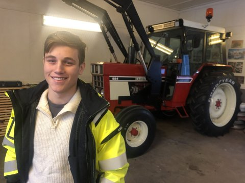 Jonathan Hauger Helbostad (16) er klar for småjobber med sin 1981 International.