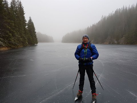 PÅ ISEN: Det er gode forhold på isen nå, men man bor alltid ha med seg sikkerhetsutstyr på tur, råder Vidar Thorsvik i Lørenskog turlag.
