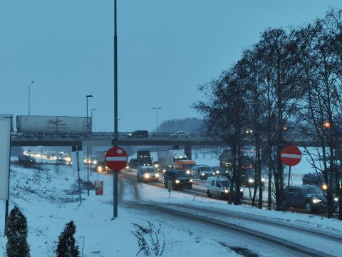 KØ: Slik så det ut på E6 ved Kløfta etter at ett felt måtte sperres i sørgående retning etter en trafikkulykke torsdag morgen.