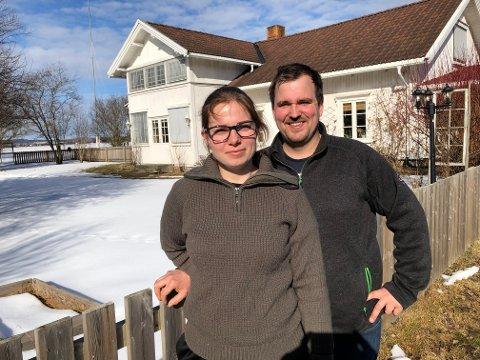 BØNDER: Helene S. Helgeberg og Dan Emil Berg var på jakt etter gårdsbruk, og falt for Tangen Nordre. Nå har de overtatt og satser videre med grisebesetningen som var på gården.