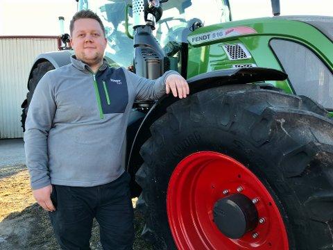 Sivert Bjerkely Wallander mener han har fått drømmejobben som traktorselger hos Eiksenteret Bjørkelangen.