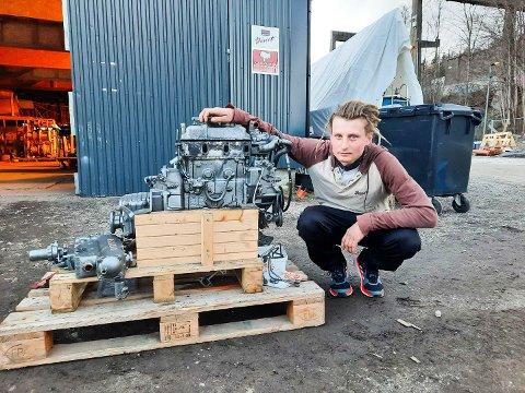 MISFORNØYD: Her er Martin Augestad Larsen med båtmotoren som han har betalt over 40 000 kroner for.