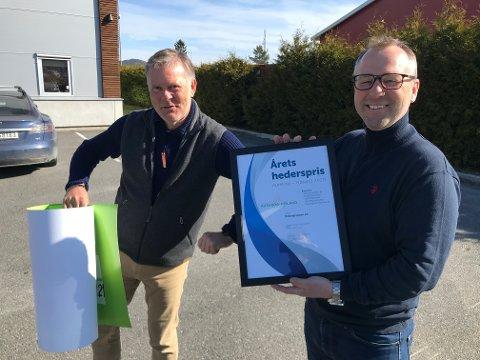 FIKK HEDERSPRIS: Morthen Bakke (t.h.) ble overrasket og glad da Erik Bakke og Aurskog-Høland utvikling dukket opp med hederspris.