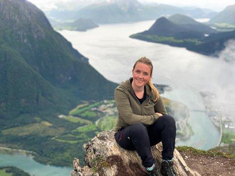 TRIVES I NATUREN: Med skyttersatsingen lagt på hylla, kan June Haugen buke mer tid på blant annet friluftsaktiviteter. Her en pust undervis i en tur på Romsdalseggen i sommer.