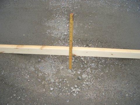 HUMPETE: Kåre Holmens målestokk viser at enkelte av dumpene i Briskebyveien er 10 centimeter dype.