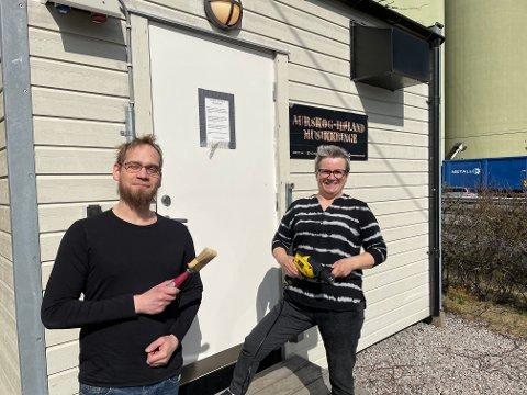 MALTE ROMMET SITT SJØL: Trommeslager René Zonneveld tok tak og malte og panelte bandbingen ved Aurskog-Høland frivilligsentral. Mona Rita Lie ved frivilligsentralen ønsker at bingen skal brukes mer.