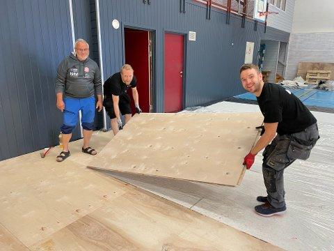 Daglig leder Kjell Roar Nygård i BSF (f.v.) er glad for jobben Kenneth Jordhøy og Jimmie Larsson i Titansport AS gjør i Bjørkelangen sportshall.