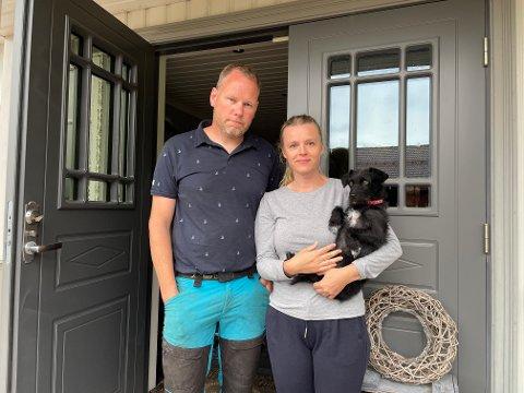 BRANN: Randi Bye-Brekke og Henry Brekke opplevde marerittet da lynet slo ned i huset deres mandag ettermiddag. Hunden Minda var også hjemme.