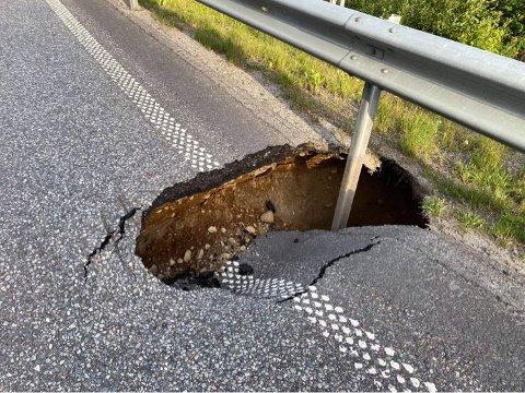 Asfalten forsvant: En lastebil med henger ble tungen på vektskålen da det plutselig åpnet seg et synkehull på fylkesvei 170 ved Bjørkelangen.