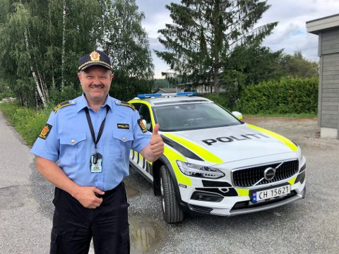 - Svein Engen har alltid ønsket seg en Volvo som tjenestebil i alle år. Da han gikk av med pensjon, kom den endelig, sier tjenestedsleder Per Olav Stenslet. Foto: Trym Helbostad