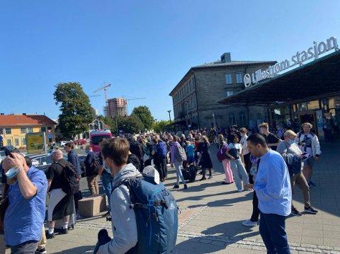 LANGE KØER: Utenfor Lillestrøm stasjon er det lange køer for å sikre seg alternativ transport etter at signalfeil har lammet togtrafikken.