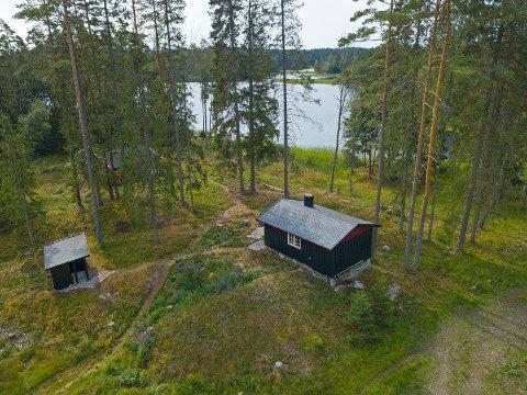 Eiendommen ligger ved Nøklevann, og her kan man nyte skogens ro.