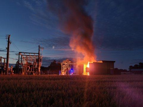 BRANN I NATT: Brann i trafosstasjonen i Mysen har ført til at 3640 husstander står uten strøm.