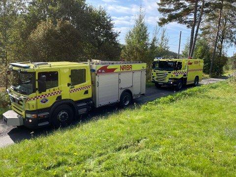 Brannvesenet er på plass ved Svensjøen, etter avstandsmeldinger om røykutvikling i skogen. Foto: Roger Ødegård