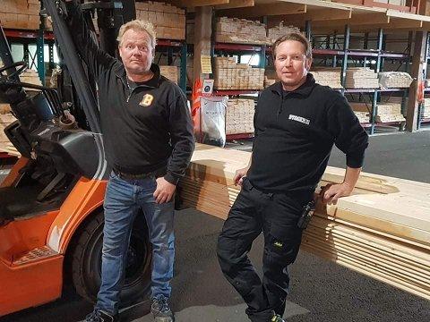 Varehusansvarlig Ole Ivar Berg (t.h.) i Bygger'n Hemnes er glad for å ha Ronnie Husvik som ansatt.