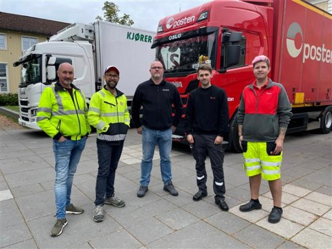 Faglærer Frode Sortodden (t.v.) og Øivind Aksberg (Opplæringskontoret for transport og logistikk) sammen med en representant fra Asko og to representanter fra Posten.