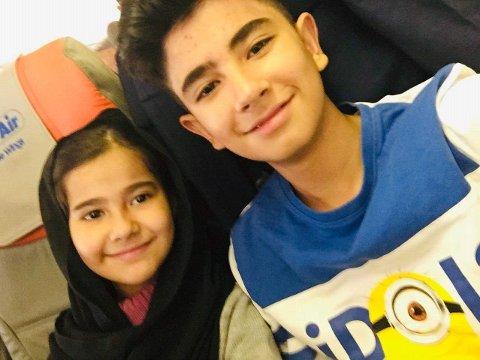 Sonya og Samar på flyet til Tadjikistan. Nå er familien nok en gang på flukt.