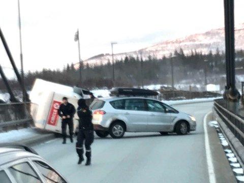 PÅ SIDEN: Det var i februar i fjor at en tilhenger veltet på vei over Helgelandsbrua under sterke vindkast.