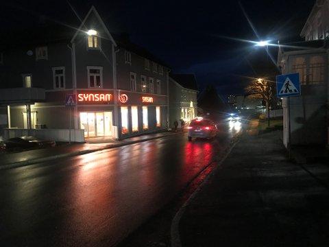 Det var rett ved Synsam i Sandnessjøen at en forgjenger ble påkjørt. Illustrasjonsfoto. Bilen på bildet har ikke noe med ulykken å gjøre.