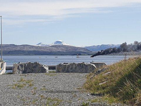 DRAMATISK: Røykskyen fra båten kunne sees på lang avstand.